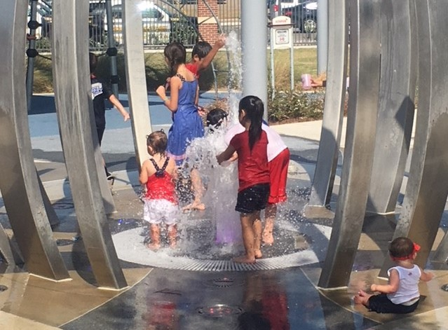 Kids in Fountain (2)